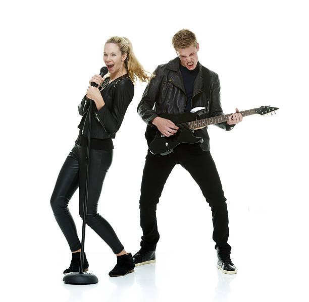 2 つの陽気な人々がギターを弾いている - ミュージシャン ストックフォトと画像