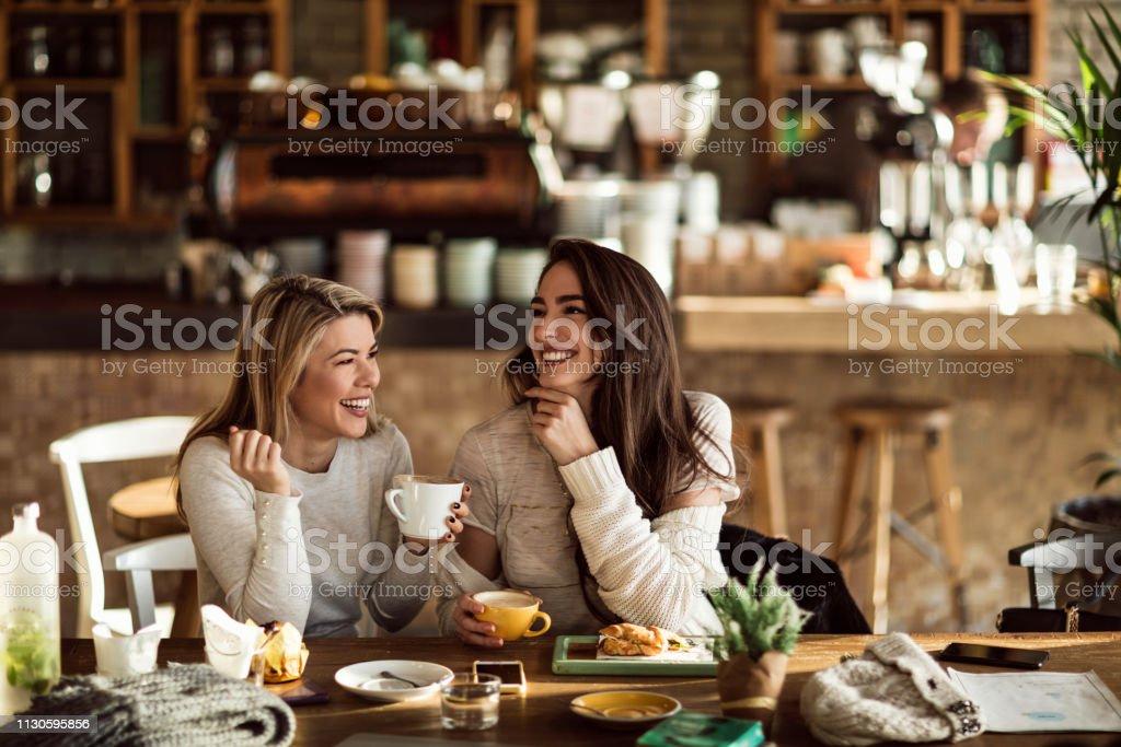 카페에서 커피 시간 동안 재미 두 쾌활 한 여자. - 로열티 프리 2명 스톡 사진