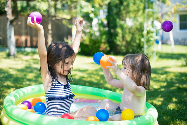 Zwei Kinder, die Spaß in Aufblasbarer Swimmingpool – Foto