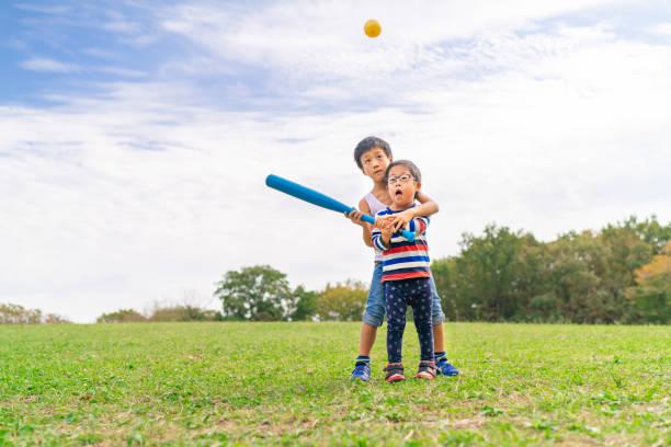 野球をしている二人の子供 - disabilitycollection ストックフォトと画像