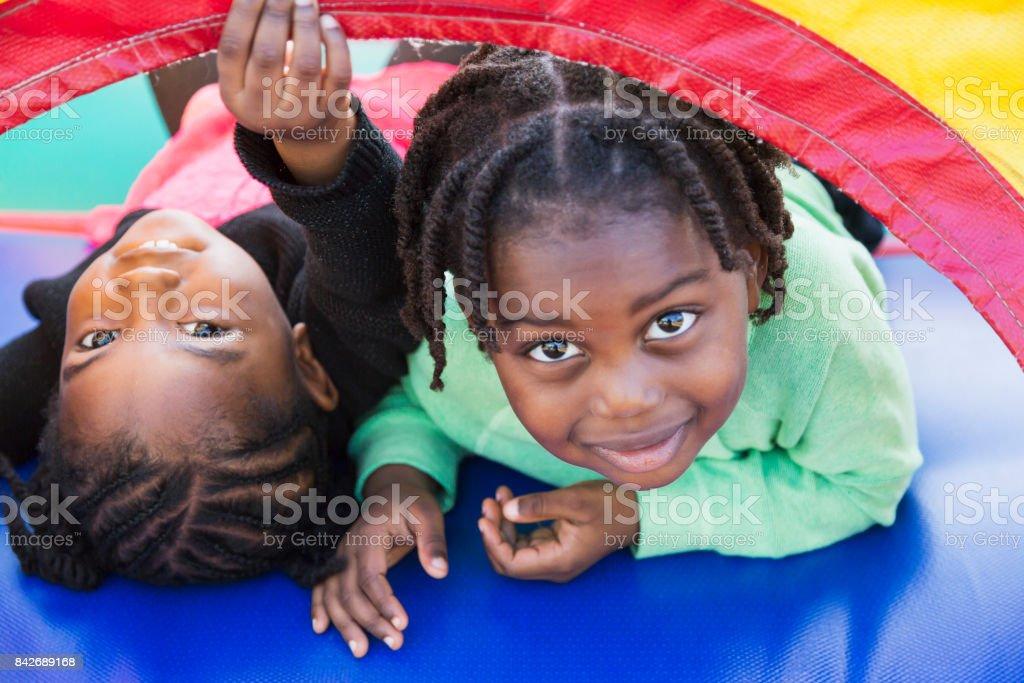 Zwei Kinder spielen in der Hüpfburg – Foto