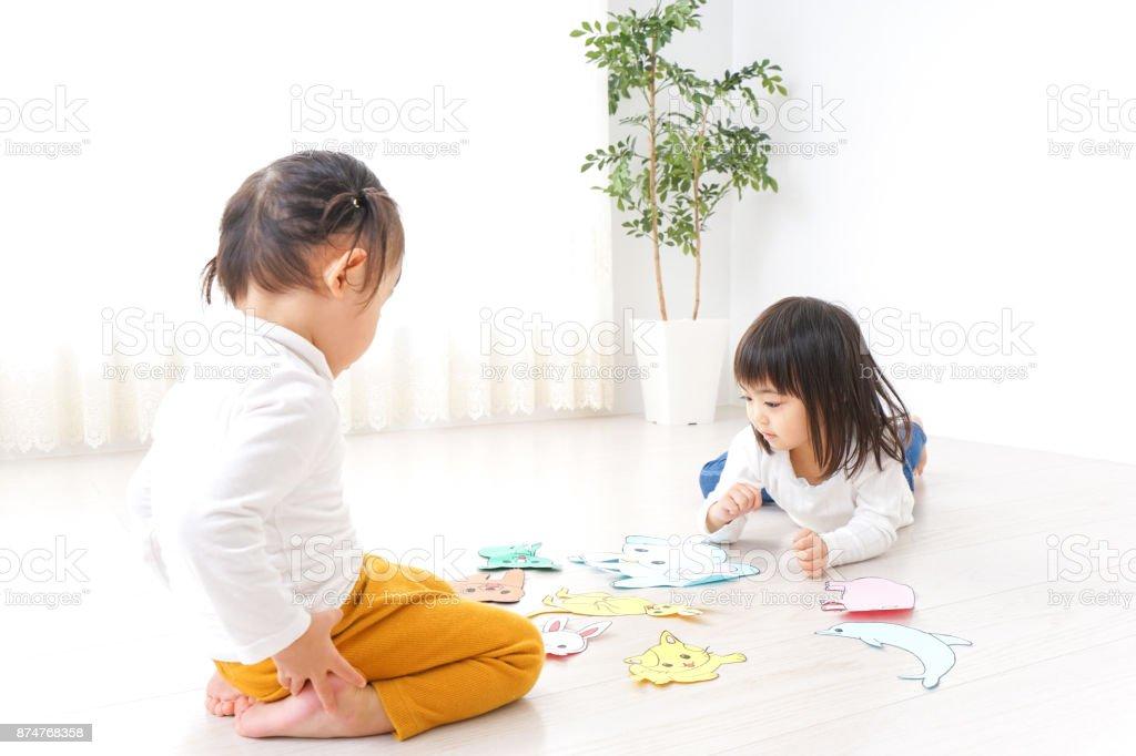 Zwei Kinder Spielen Im Zimmer Stockfoto Und Mehr Bilder Von