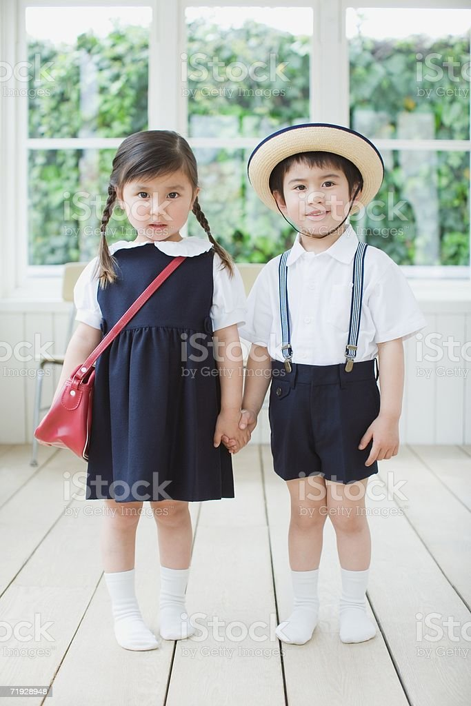 Duas crianças vestindo Uniforme Escolar foto de stock royalty-free