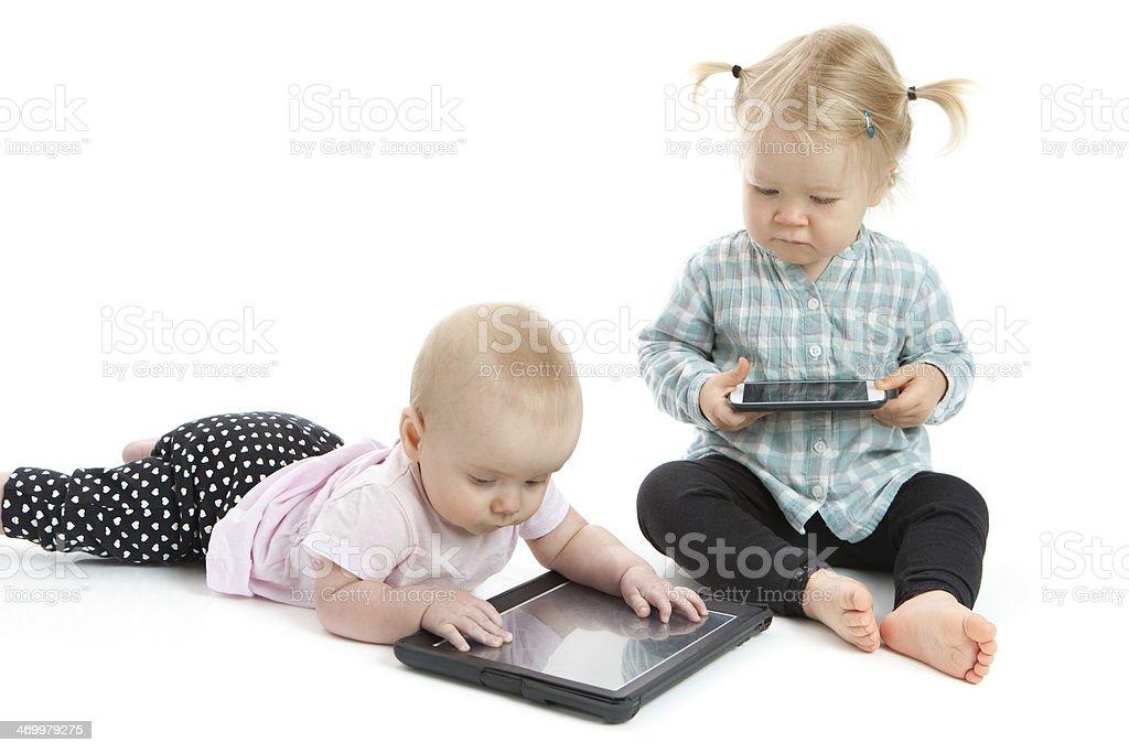 Zwei Kinder mit Touchscreen Tablet PC und Smartphones – Foto