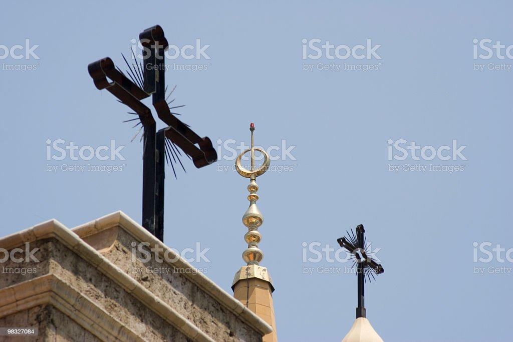 Due Christian Cross, una islamica spire contro il cielo blu foto stock royalty-free