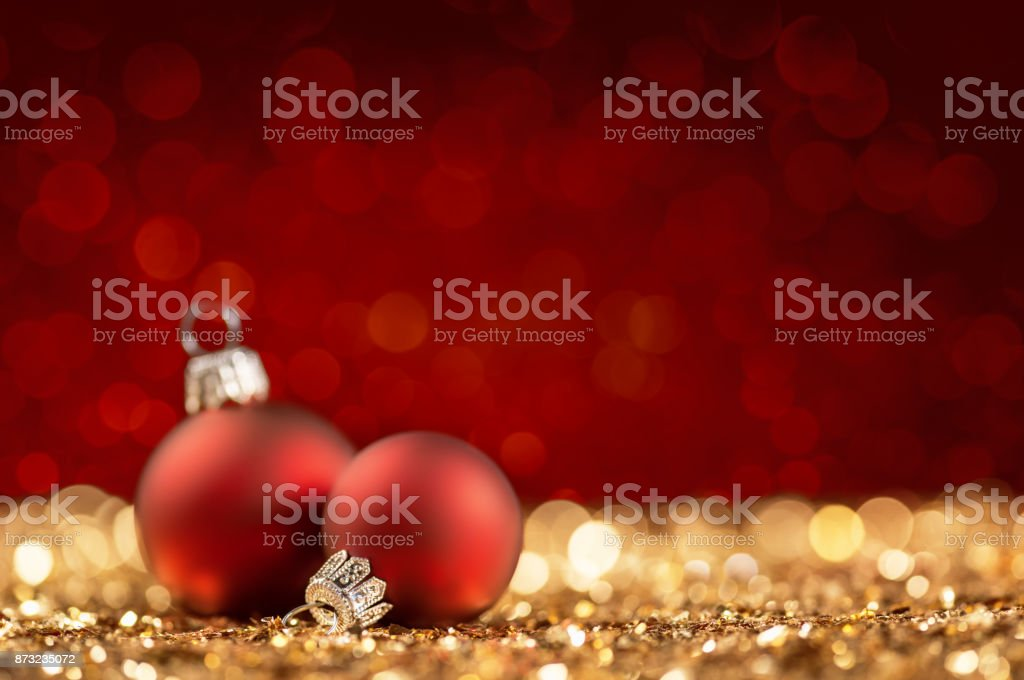 Zwei Weihnachtskugeln auf glitzernde Oberfläche – Foto
