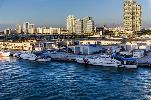 Twee Boten Van De Coast Guard In Miami Stockfoto en meer beelden van Baai