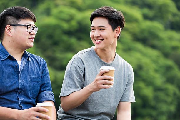 due college amici avendo una pausa caffè - two students together asian foto e immagini stock