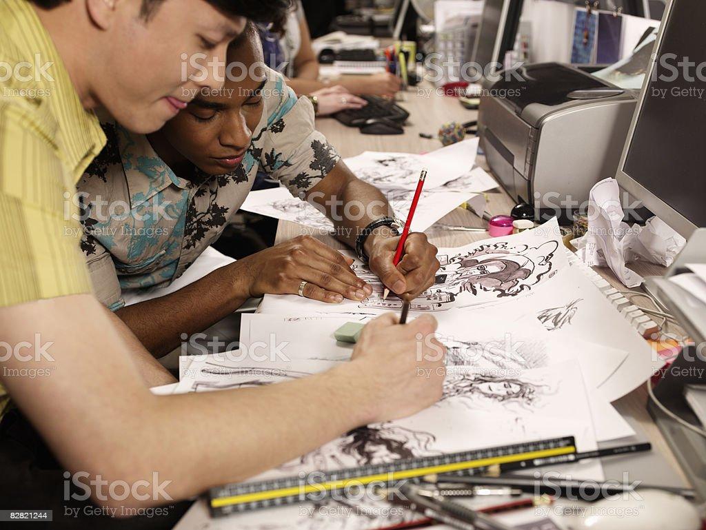 Due Giornalino a fumetti gli artisti che lavorano sul loro opere d'arte foto stock royalty-free
