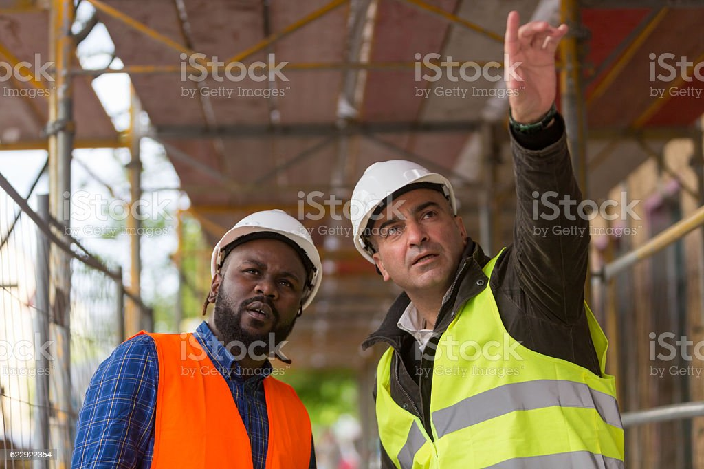 Two construction workers, an African american and a white – Foto