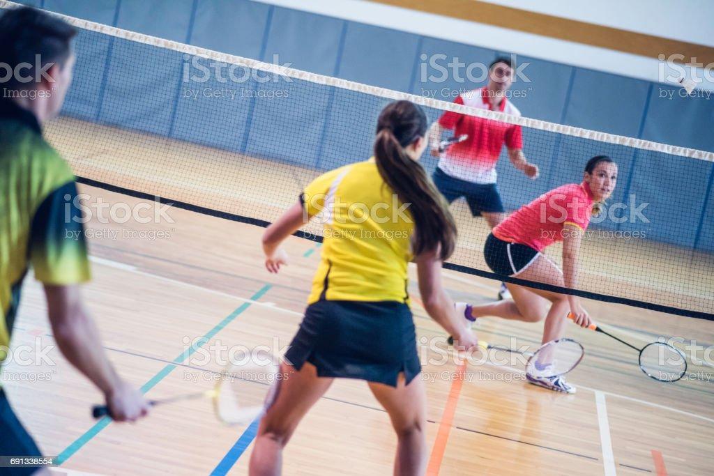 Fotografia De Dos Parejas Jugando A Badminton Y Mas Banco De