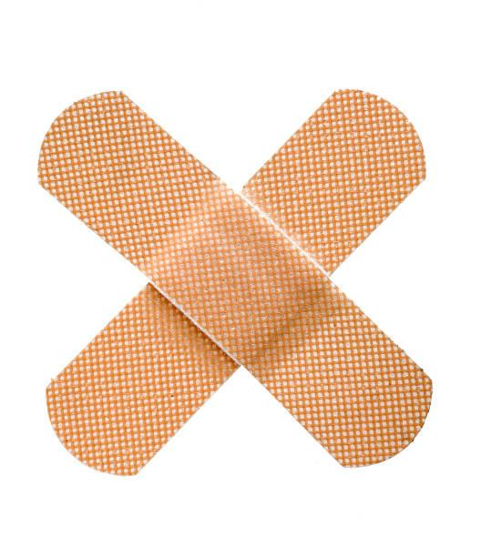 deux bandages croisés - pansement adhésif photos et images de collection