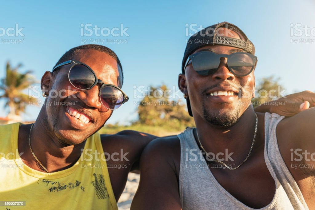 Deux amis cubains prenant selfie avec son téléphone portable. - Photo
