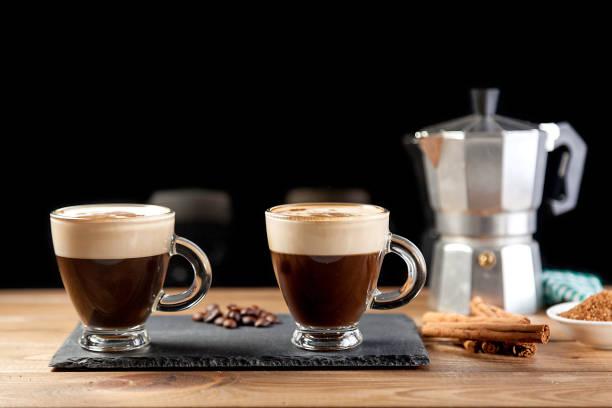 zwei tassen kaffee auf schwarz - mocca stock-fotos und bilder