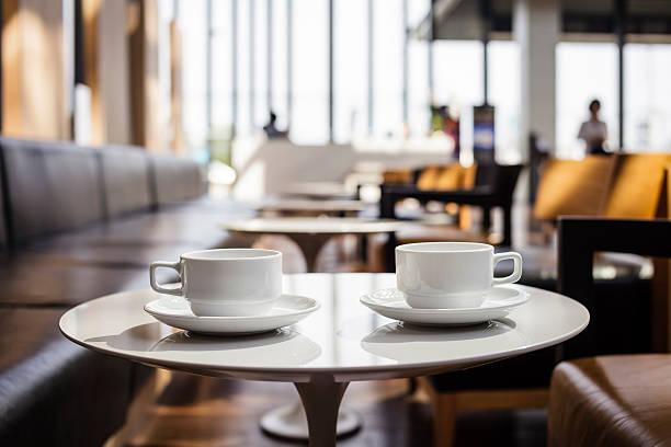 zwei tasse kaffee im café - teeladen stock-fotos und bilder
