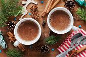 2 つのカップココアやホットチョコレートの木製の背景の上のクリスマス