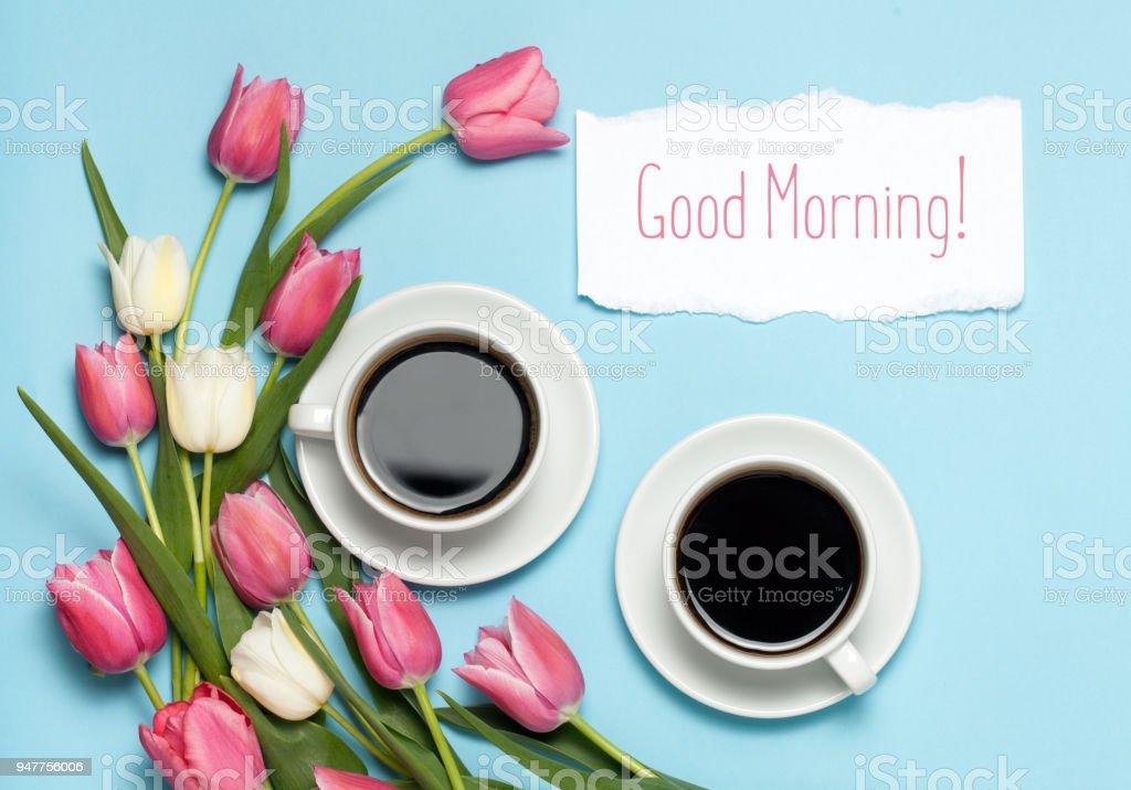 Zwei Tassen Kaffee Und Rosa Tulpen Auf Blauem Hintergrund