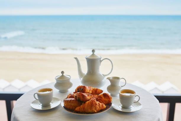 Zwei Tassen Kaffee und traditionellen Französisch Gebäck – Foto