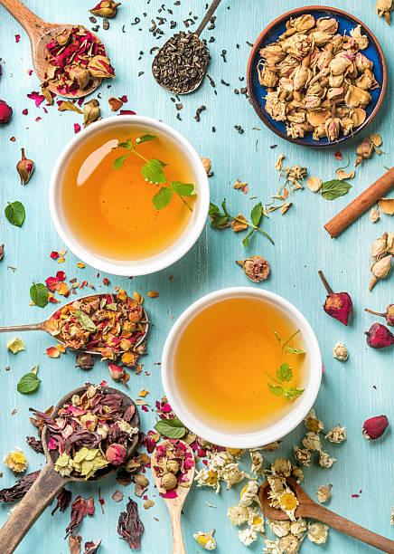 two cups of healthy herbal tea with mint, cinnamon, dried - herbata ziołowa zdjęcia i obrazy z banku zdjęć