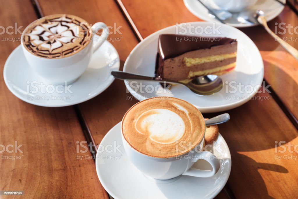 Two cups of hot Cappuccino coffee and chocolate mousse cake foto stock royalty-free