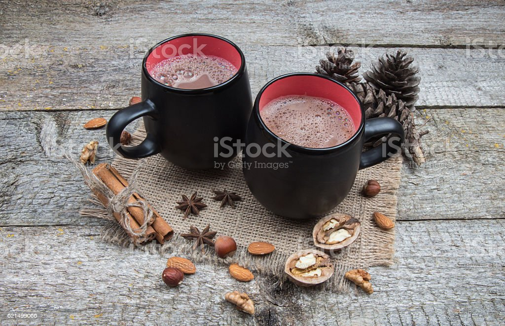 Two cups of hot chocolate and nuts on burlap photo libre de droits