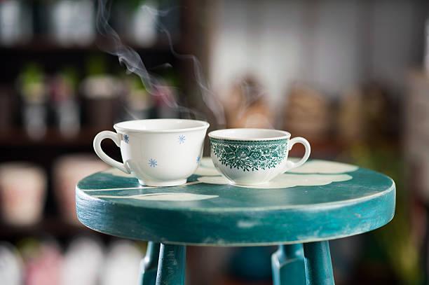 zwei tassen kaffee heiße - grüner tee koffein stock-fotos und bilder
