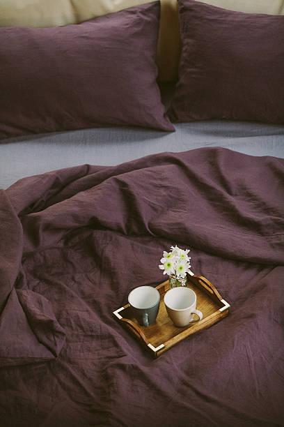 zwei tassen mit kaffee am morgen und blumen - lila, grün, schlafzimmer stock-fotos und bilder