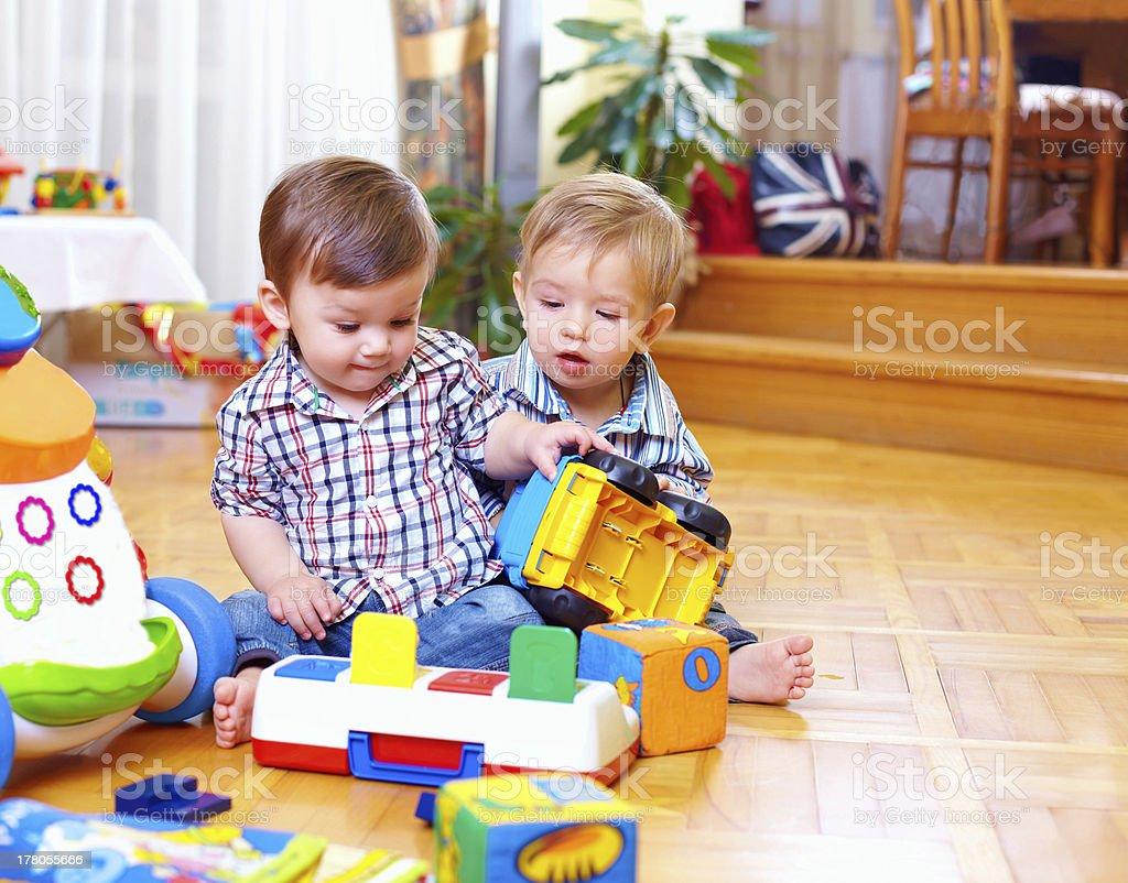 Duas crianças de bebê fofo brincar na sala de Berçário - foto de acervo
