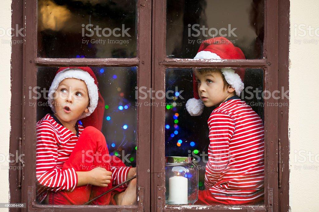 Zwei niedlichen Jungen, Brüder, die durch ein Fenster, warten – Foto