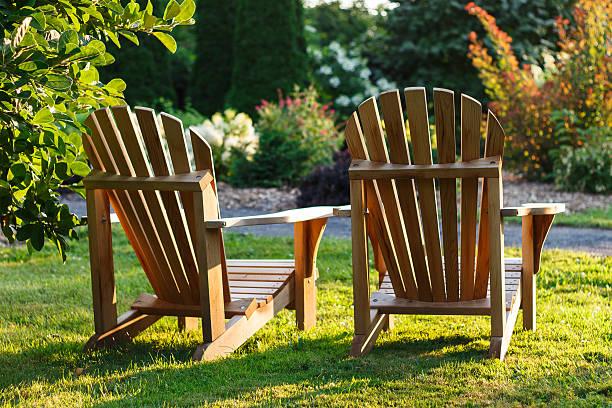 zwei liegestühle mit blick auf den garten - sun chair stock-fotos und bilder