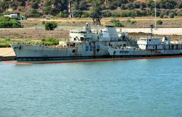Deux navires militaires désaffectés prêts à être coulé pour créer un récif de corail artificiel - Portimão, Algarve, Portugal - Photo