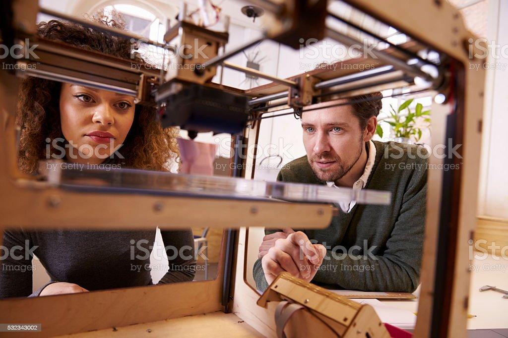 Dos los diseñadores de trabajo con Impresora 3D en el estudio de diseño - foto de stock