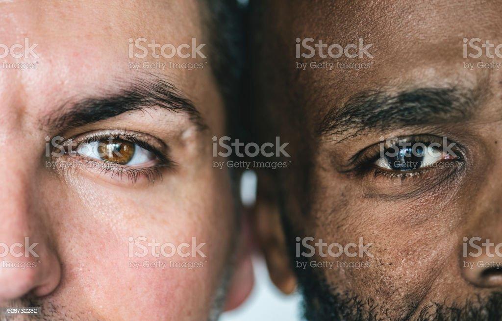 Agrandi de deux différents hommes d'origine yeux - Photo