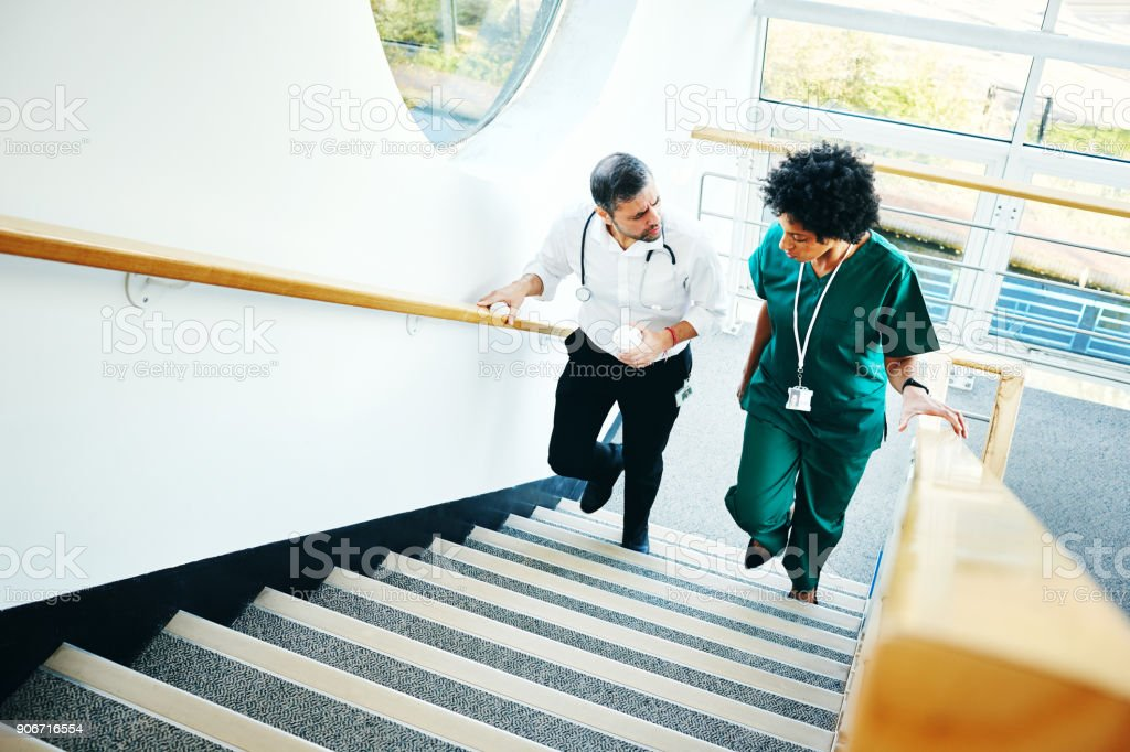 Zwei Ärzte auf Treppe Gespräch – Foto