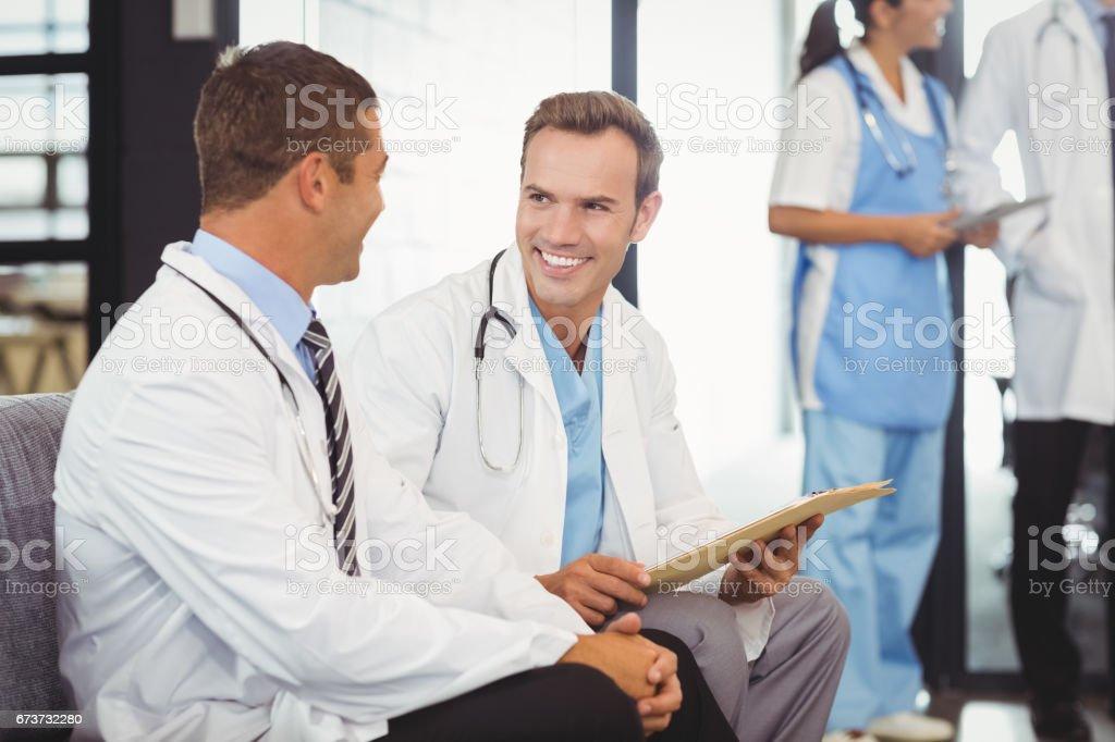Deux médecins avec le presse-papiers et discuter photo libre de droits