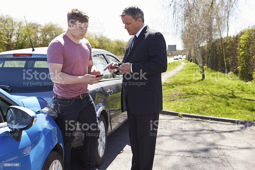 Deux conducteurs Exchange les détails de l'assurance après un Accident - Photo