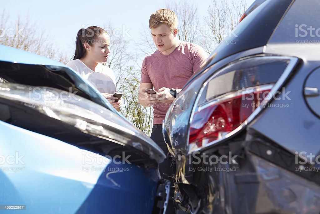 Deux conducteurs échanger des informations après l'accident - Photo