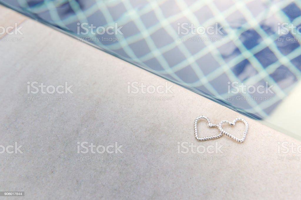 Dois corações de brinco na piscina - foto de acervo