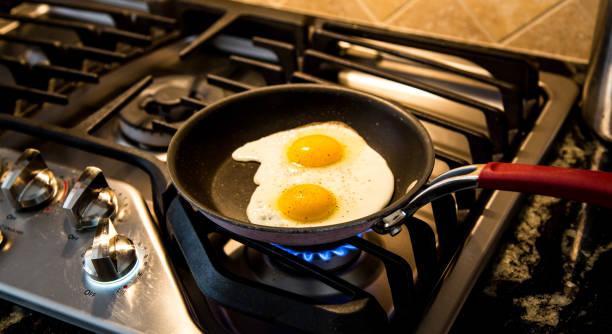 Zwei Eiern gebraten in einer Antihaft-Pfanne auf einen Gasherd. – Foto