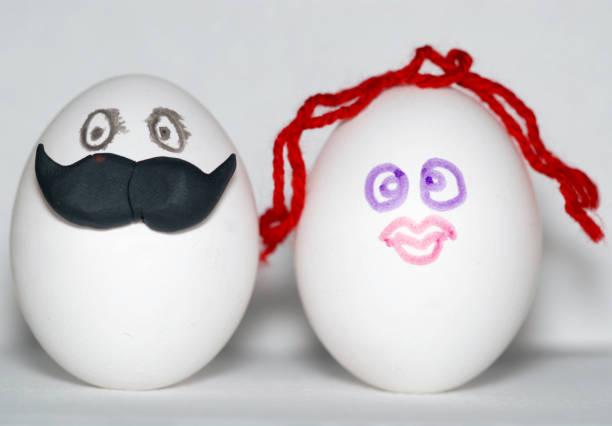 zwei eier unter einem mann mit einem großen schnurrbart und eine frau mit roten haaren dekoriert, als braut und bräutigam, ein paar konzept - liebesbeweis für ihn stock-fotos und bilder