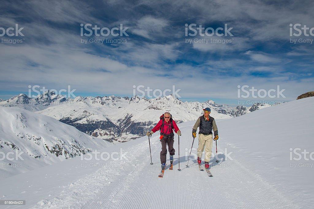 Zwei ältere Männer Praxis Skibergsteigen – Foto