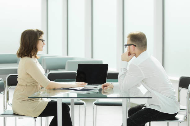 zwei Mitarbeiter sitzen am Schreibtisch – Foto