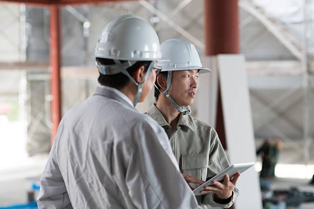 2 つのエンジニアーズについて、デジタルタブレットを使用 ストックフォト