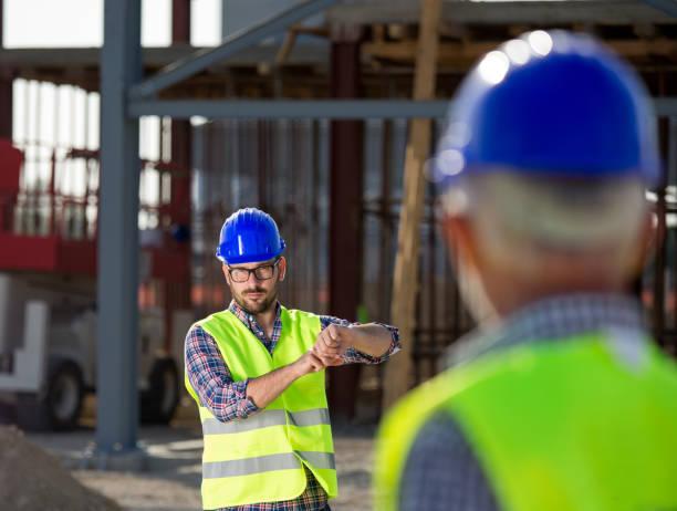 Zwei Ingenieure gestikulieren auf Baustelle – Foto