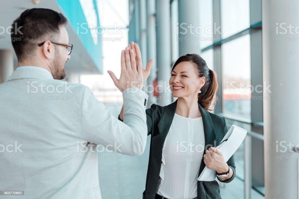 Zwei aufgeregt Geschäftskollegen team hoch fünf geben. – Foto