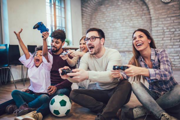 twee familie videospelletjes spelen met hun kinderen, plezier. - gaming stockfoto's en -beelden