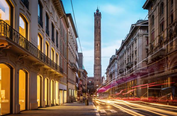 two famous falling bologna towers asinelli and garisenda. evening view. - bolonia zdjęcia i obrazy z banku zdjęć