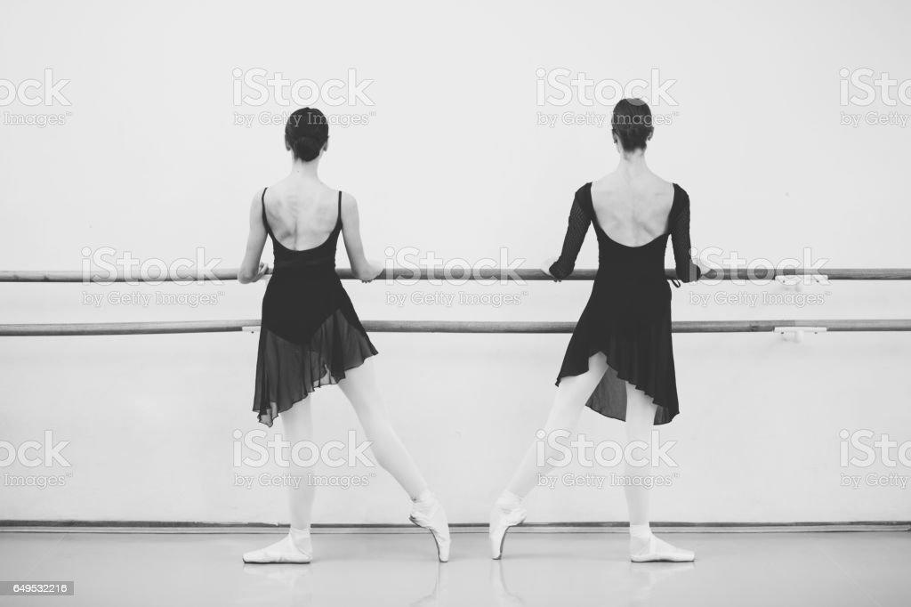 Deux danseurs de ballet féminin Astuce toeing à côté de la barre - Photo
