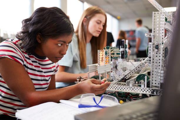 dwie studentki budujące maszynę w klasie robotyki naukowej lub inżynieryjnej - inżynieria zdjęcia i obrazy z banku zdjęć