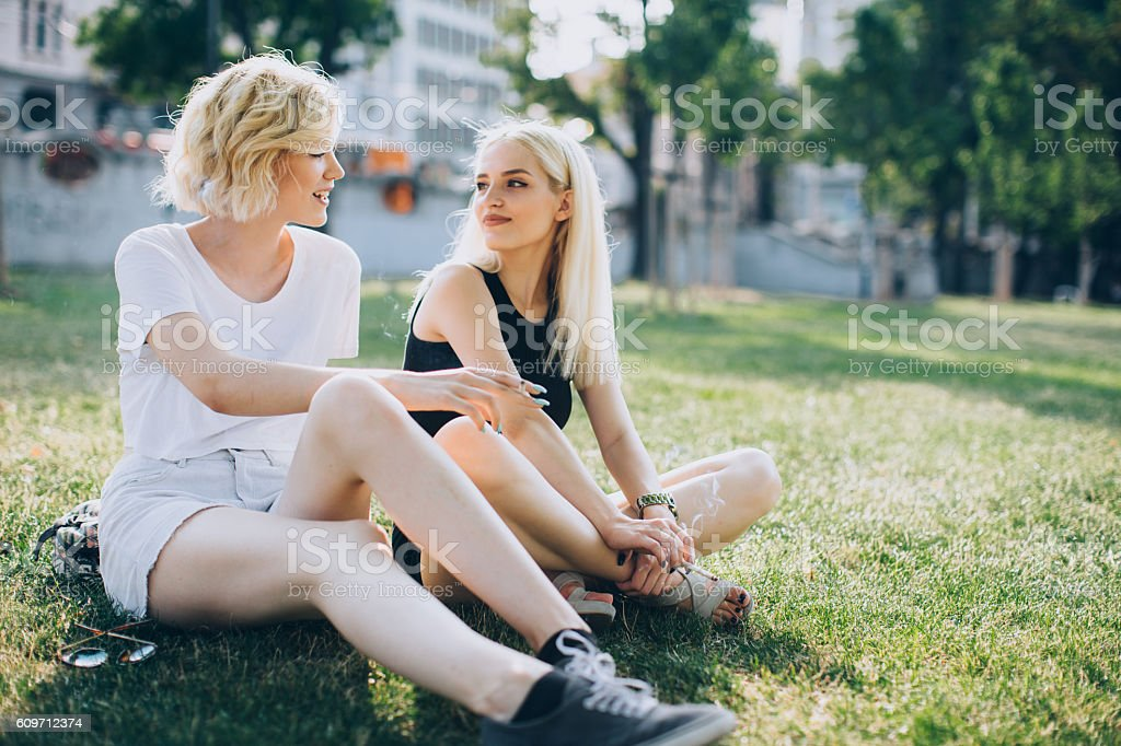 Two female frieands at the park - foto stock
